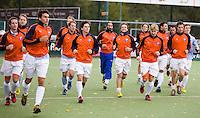 EINDHOVEN - hockey - De spelers van Bloemendaal bezig met het warmlopen tijdens de hoofdklasse hockeywedstrijd tussen de mannen van Oranje-Zwart en Bloemendaal (3-3). COPYRIGHT KOEN SUYK