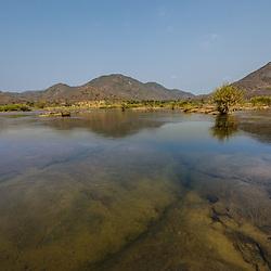 As águas cristalinas do rio Kwanza na fronteira entre as províncias de Kwanza Norte e Kwanza Sul, perto de Quilemba. 1.2km a montante da ponte Filomeno da Camara construida em 1932.
