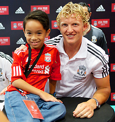KUALA LUMPUR, MALAYSIA - Friday, July 15, 2011: Liverpool's Dirk Kuyt and a young fan during a promotional event at the Adidas store at the Mid Valley Shopping Centre on day five of the club's Asia Tour. (Photo by David Rawcliffe/Propaganda)