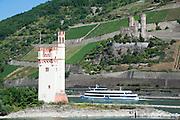 Rhein, Mäuseturm (links), Burgruine Ehrenfels, Rheinland-Pfalz und Hessen, Rheingau, Oberes Mittelrheintal, Deutschland | Rhine, castle ruin Ehrenfels, Mäuseturm (left), Rheingau, Hesse, Upper Middle Rhine Valley, Rheinland-Pfalz, Germany