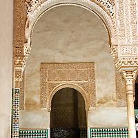 Palacios Nazaries. Conjunto palacial, residencia de los reyes de Granada. Lo empieza a construir el fundador de la dinast&iacute;a, Alhamar, en el s XIII, aunque las edificaciones que han pervivido hasta nuestros d&iacute;as datan, principalmente, del s XIV. Estos palacios encierran entre sus muros el refinamiento<br /> y la delicadeza de los &uacute;ltimos gobernadores hispano-&aacute;rabes de Al Andalus, los Nazar&iacute;es. <br /> La Alhambra es una ciudad palatina andalus&iacute; situada en Granada, Espa&ntilde;a. Formada por un conjunto de palacios, jardines y fortaleza que albergaba una verdadera ciudadela dentro de la propia ciudad de Granada, que serv&iacute;a como alojamiento al monarca y a la corte del Reino nazar&iacute; de Granada, Andalucia. Espa&ntilde;a. Alhambra is a palace and fortress complex located in Granada, Andalusia, Spain. It was originally constructed as a small fortress in 889 and then largely ignored until its ruins were renovated and rebuilt in the mid-11th century by the Moorish emir Mohammed ben Al-Ahmar of the Emirate of Granada, who built its current palace and walls. It was converted into a royal palace in 1333. Granada. Andalusia. Spain