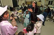 """arrival of new immigrants from Ethiopia, """"Falashmuras"""": Christians converted to Judaism  Givaat Amatos, Jerusalem  Israel     /// arrivee de nouveau amigrants  """"Falashmuras"""" d'Etiopie   Givaat Amatos, Jerusalem  Israel Chretiens  du Gundar en cours de conversion au judaisme descendant de la tribu de Dan  /// R00287/    L004319  /  P0007182"""
