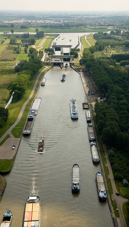 Nederland, Utrecht, Nieuwegein, 28-06-2006; luchtfoto (25% toeslag nabij Vreeswijk, schutsluis in het Lekkanaal, verbinding tussen het Amsterdam-Rijnkanaal en de Lek, aan de horizon met daar achter Vianen; in het kanaal verschillende binnenvaartschepen: duwbakken, tankers, aken; binnenvaart, infrastructuur; verkeer en vervoer.luchtfoto (toeslag aerial photo (additional fee required .foto Siebe Swart / photo Siebe Swart