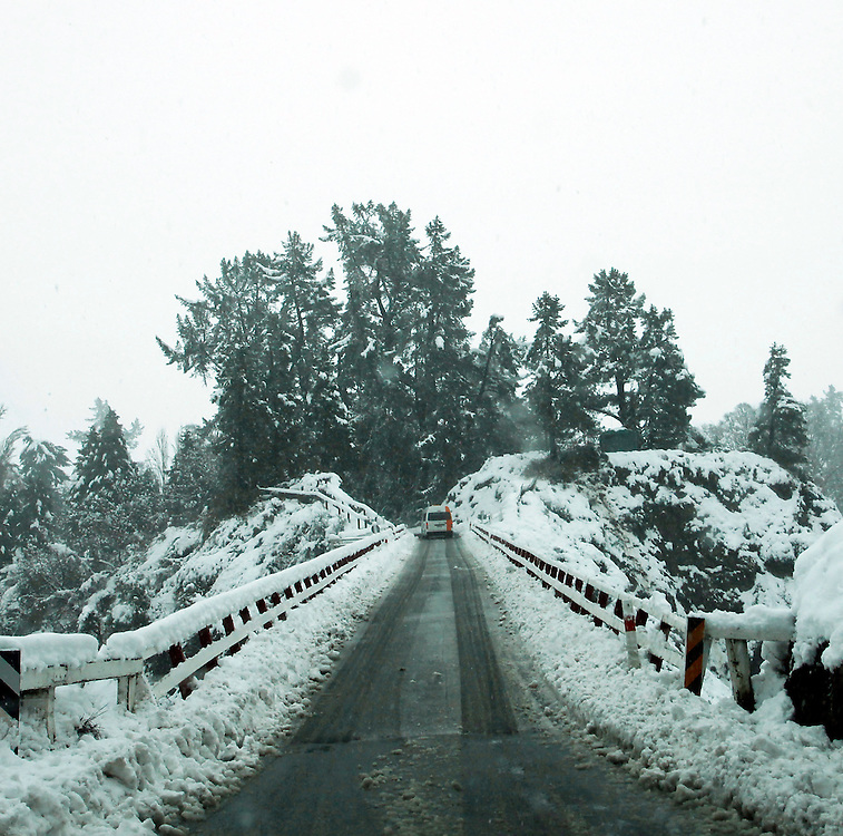 Heavy snow on the Ferry bridge, Hamner Springs, New Zealand, Wednesday, June 06, 2012.  Credit:SNPA / Pam Johnson