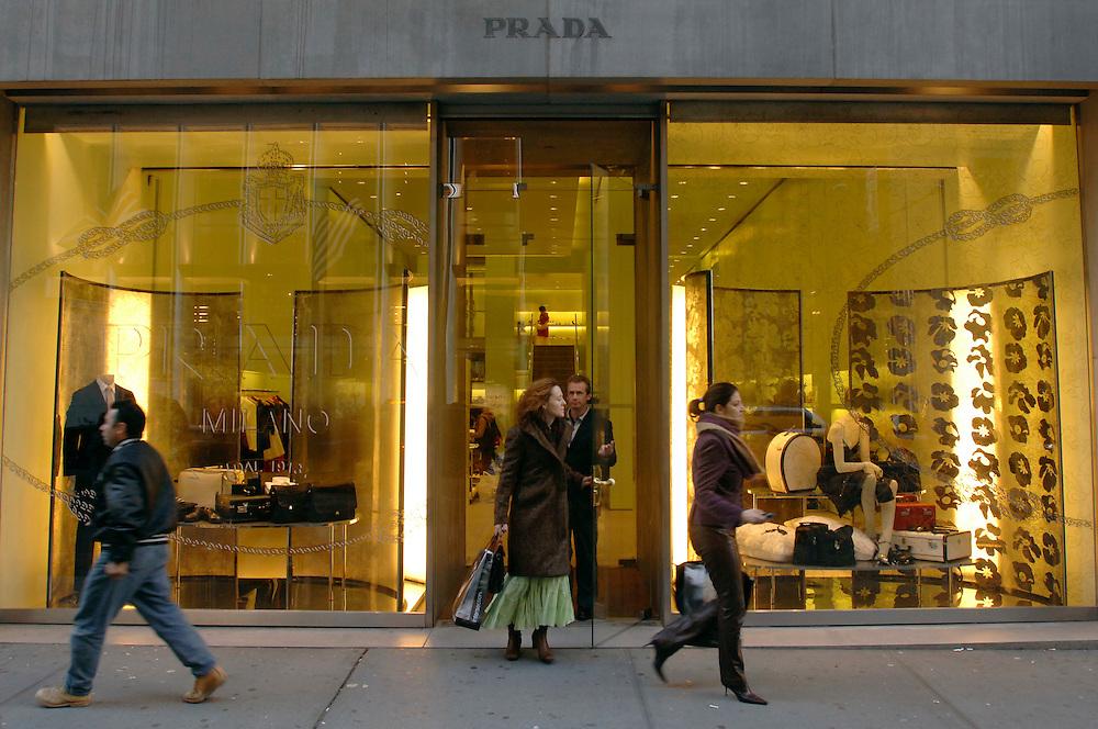 USA, Nordamerika,New York, New York City, Manhattan, 5th Avenue, Einkaufen, shopping, Schaufenster, Prada Filiale, Kunden, Passanten,