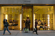 USA, Nordamerika,New York, New York City, Manhattan, 5th Avenue, Einkaufen, shopping, Schaufenster, Prada Filiale, Kunden, Passanten,