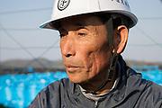 Tomoyoshi Ide arbetar vid ett stort område för en tillfällig lagring av radioaktiv jord i byn Shidamyo. Fukushima Prefektur, Japan