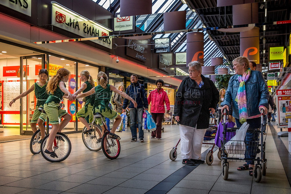 Groningen 20140923 . Winkelcentrum paddepoel, zijde Zonnelaan, heropent na verbouwing. Jeugdcircus Santelli zorgt voor vermaak en entertainment. foto: Pepijn van den Broeke. kilometers: 14