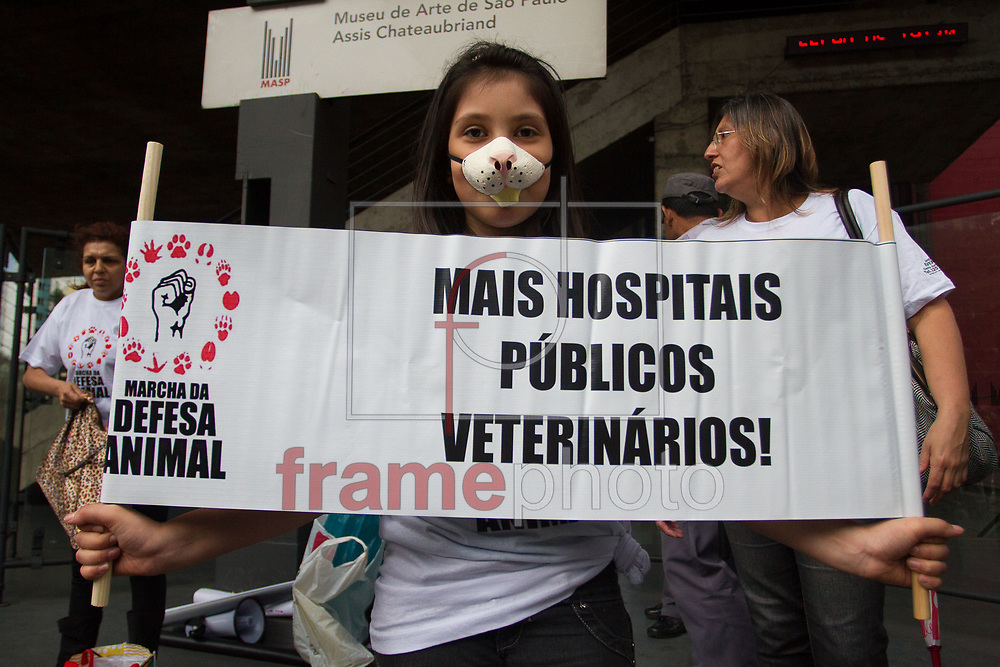 São Paulo, SP - Manifestantes se reuniram no vão do masp para protestar contra os abusos e maus tratos aos animais no final da tarde dessa sexta feira. Foto: Leo Martins/Frame