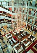Frankrijk, Bayonne, 14-12-2002..Winkelinterieur van het luxe warenhuis Galeries Lafayette...Welvaart, koopkracht, bestedingen, kerstinkopen...Foto: Flip Franssen/Hollandse Hoogte