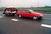 Nederland, Ochten, 01-02-1995Eind januari, begin februari 1995 steeg het water van de Rijn, Maas en Waal tot record hoogte van 16,64 m. bij Lobith. Een evacuatie van 250.000 mensen was noodzakelijk vanwege het gevaar voor dijkdoorbraak en overstroming. op verschillende zwakke punten werd geprobeerd de dijken te versterken met zandzakken. Mensen hebben hun spulletjes op een aanhanger geladen en gaan naar veiliger oorden.Late January, early February 1995 increased the water of the Rhine, Maas and Waal to a record high of 16.64 meters at Lobith. An evacuation of 250,000 people was needed because of flood risk. At several points people tried to reinforce the dikes with sandbags. Here people fleeing from the waterFoto: Flip Franssen/Hollandse Hoogte