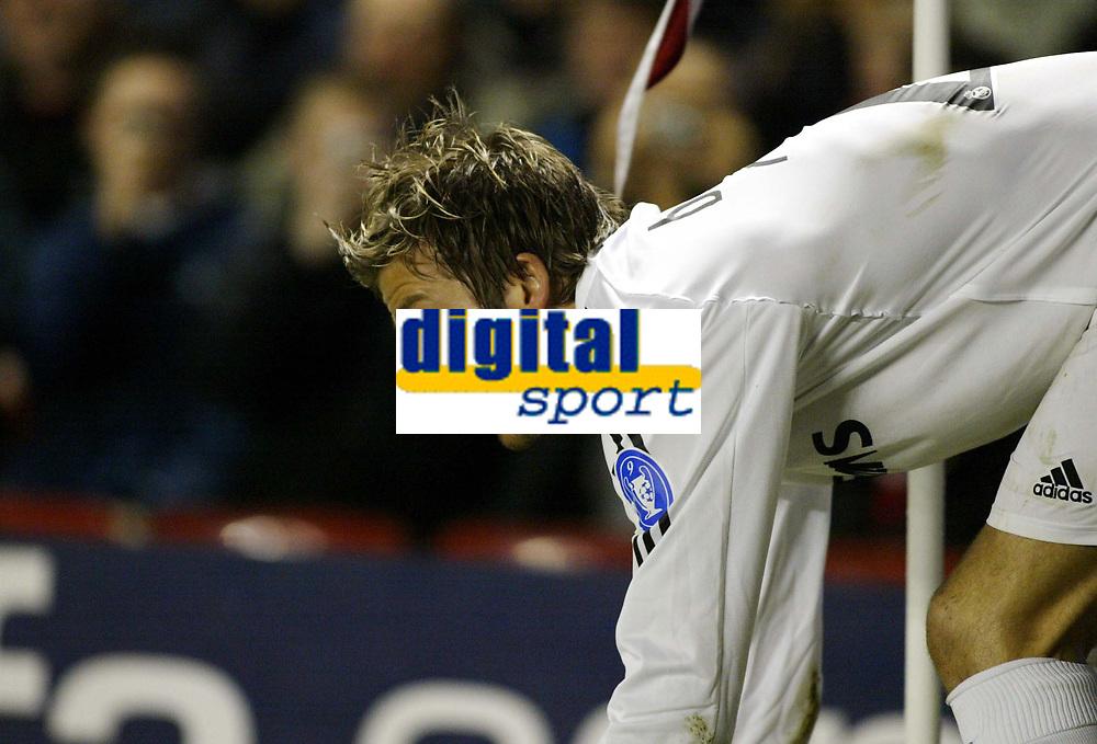 Photo: Chris Ratcliffe.<br /> Arsenal v Real Madrid. UEFA Champions League. 08/03/2006.<br /> David Beckham prepares to take a corner