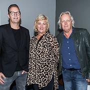 NLD/Den Haag/20180920 - Minister Ingrid van Engelshoven reikt de Life Time Achievement Award uit aan Thomas Tol, Thomas Tol met zijn partner Willy en zoon Jack