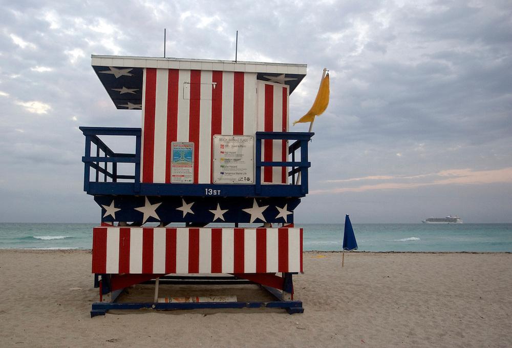 Una caseta de vigilancia en Miami Beach, decorada con los colores de la bandera americana.