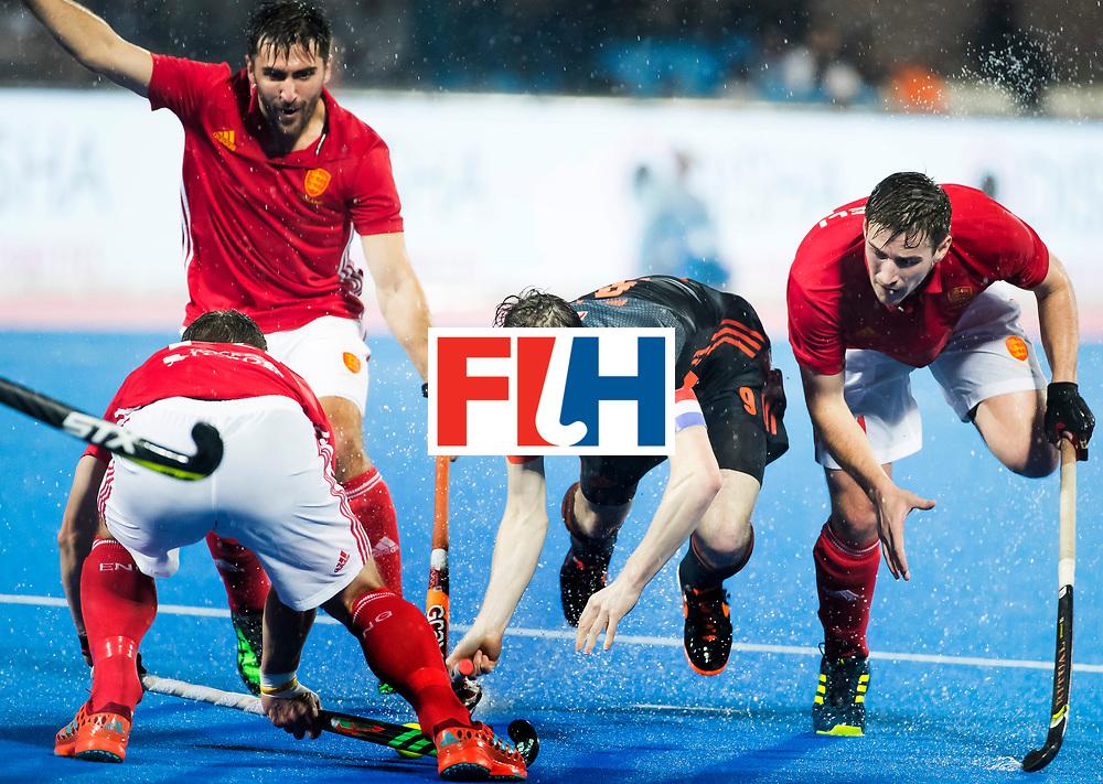 BHUBANESWAR -  Seve van Ass (Ned) tussen drie Engelse verdedigers tijdens de Hockey World League Finals , de wedstrijd om de 7e plaats, Engeland-Nederland.   COPYRIGHT KOEN SUYK