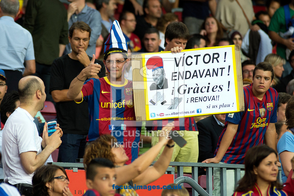 Picture by Cristian Trujillo/Focus Images Ltd +34 64958 5571<br /> 24/09/2013<br /> A FC Barcelona fan claims V&iacute;ctor Vald&eacute;s to stay in Barcelona during the La Liga match at Camp Nou, Barcelona.