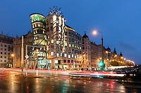 Das Tanzende Haus ist ein Wahrzeichen des neuen Prag. Architekt: Vlado Milunic und Frank Gehry.