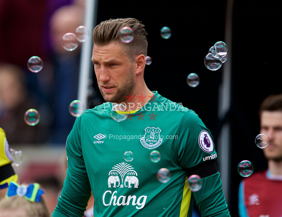 LONDON, ENGLAND - Saturday, April 22, 2017: Everton's goalkeeper Maarten Stekelenburg walks out to face West Ham United during the FA Premier League match at the London Stadium. (Pic by David Rawcliffe/Propaganda)
