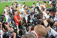 FUSSBALL EUROPAMEISTERSCHAFT 2008  Deutschland 0-1  Spanien    29.06.2008 JUBEL ESP, Santi Cazorla mit EURO Pokal, Coupe Henri Delaunay  umringt von Fotografen