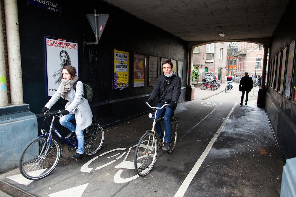 In Amsterdam rijden fietsers door de onderdoorgang bij de Vendelstraat.<br /> <br /> In Amsterdam cyclists pass the Vendelstraat.