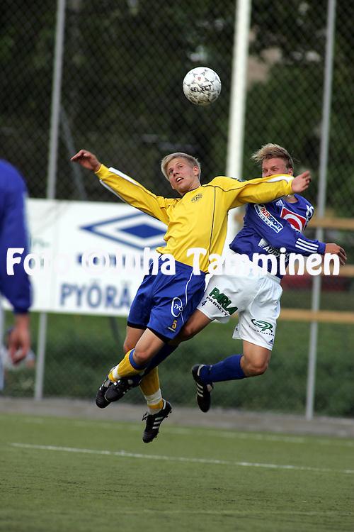 01.08.2004, ?ij?nsuo, Rauma, Finland..I Divisioona, Pallo-Iirot v Mikkelin Palloilijat.Aleksi Latvanen (P-Iirot) v Esa Salmiheimo (MP).©Juha Tamminen.....ARK:k