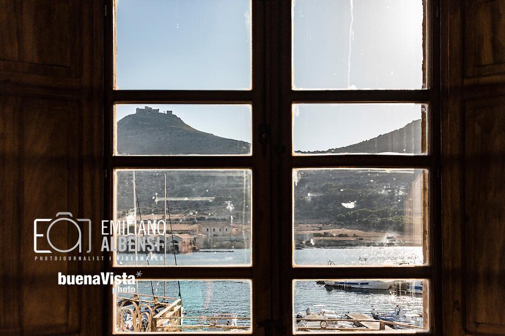 Favignana, Sicilia, Italia, 2016<br /> Il porto e il Castello di Santa Caterina visti dall'interno di Palazzo Florio.<br /> <br /> Favignana, Sicily, Italy, 2016<br /> A view of the port and the St.Catherine Castle through a window of Florio Palace.