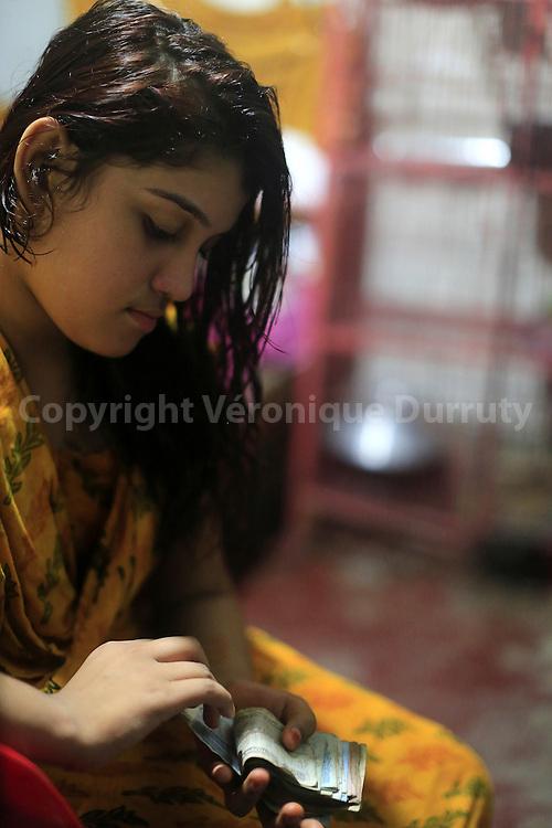 With about 1800 girls, Daulotdia brothel is one of the biggest brothels in the world. Young prostitue counting her money  // Avec environ 1800 filles, le bordel de Daulotdia au Bangladesh est l un des plus grands bordels du monde. Jeune prostituée comptant l'argent qu elle a gagné