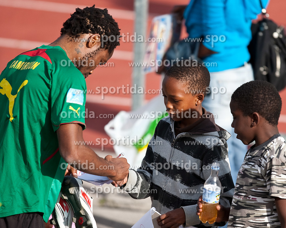 21.05.2010, Dolomitenstadion, Lienz, AUT, WM Vorbereitung, Kamerun Training im Bild Jean II Makoun, Mittelfeld, Nationalteam Kamerun (Olympique Lyon) gibt bereitwillig Autogramme, EXPA Pictures © 2010, PhotoCredit: EXPA/ J. Feichter / SPORTIDA PHOTO AGENCY
