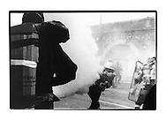 Proteste contro il summit del G8, Genova luglio 2001. Venerdì 20 luglio, corteo dei Disobbedienti. Cariche. Manifestante colpito da lacrimogeno CS lanciato ad altezza uomo. Via Tolemaide.