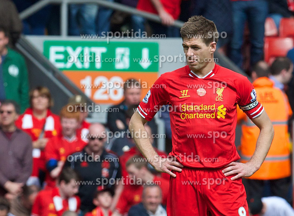 27.04.2014, Anfield, Liverpool, ENG, Premier League, FC Liverpool vs FC Chelsea, 36. Runde, im Bild Liverpool's captain Steven Gerrard looks dejected // during the English Premier League 36th round match between Liverpool FC and Chelsea FC at Anfield in Liverpool, Great Britain on 2014/04/27. EXPA Pictures &copy; 2014, PhotoCredit: EXPA/ Propagandaphoto/ David Rawcliffe<br /> <br /> *****ATTENTION - OUT of ENG, GBR*****
