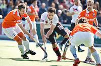 AMSTELVEEN - HOCKEY- Valentin Verga (m) van A'dam in duel met Ronald Brouwer (l) en Stijn Jolie van Bloemendaaltijdens de hoofdklasse hockeywedstrijd tussen de mannen van Amsterdam en Bloemendaal (2-3). Op de achtergrond rechts Matthew Swann van Bloemendaal. FOTO KOEN SUYK