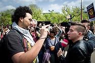 AMSTERDAM - Kevin P Roberson de cameraman van de Anti Zwarte Piet beweging met pownews . Abulkasim Al-Jaberi spreek tijdens een demonstratie op het Museumplein. De actie-groep Fuck Racisme - Fuck de Koning protesteert tegen de mogelijke vervolging van de activist Abulkasim Al-Jaberi, die tijdens een demonstratie tegen Zwarte Piet Fuck de Koning riep COPYRIGHT ROBIN UTRECHT