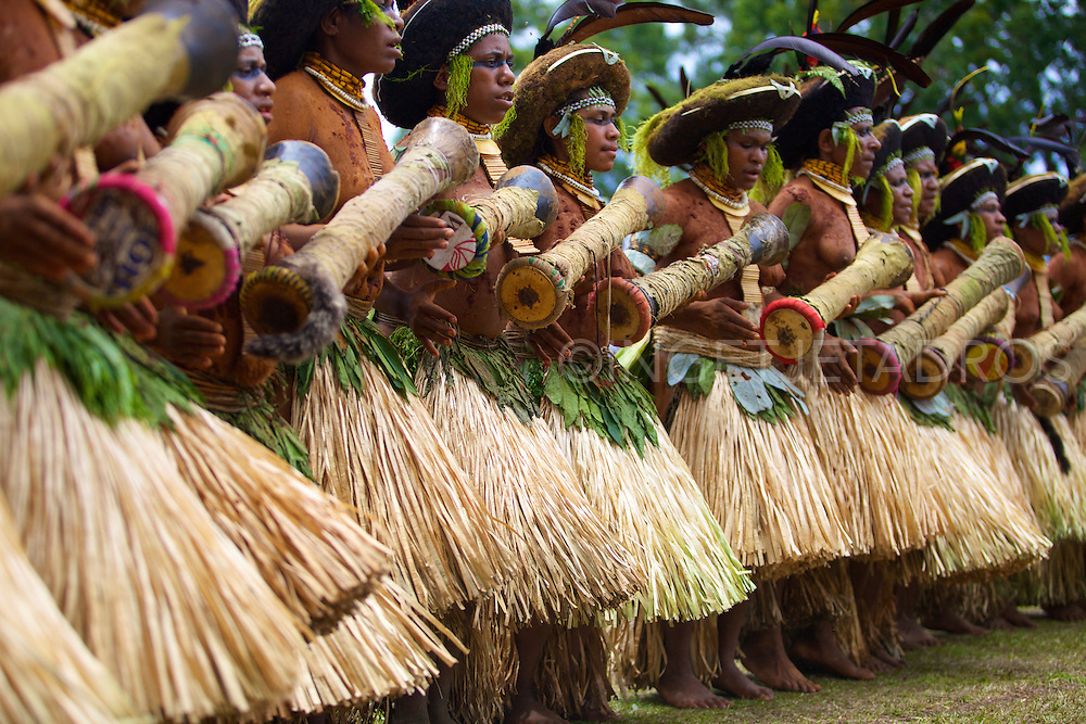 Dancing tribal women at the Goroka Festival<br />