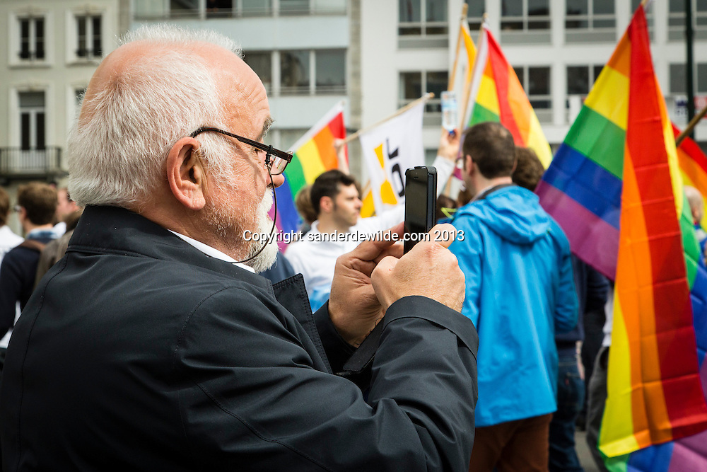 Jan Peumans, voorzitter N-va vlaams parlement fotografeert de NVA wagen.N-va jongeren in de parade. About 80,000 participants at the Belgian Pride parade. The Pride Parade is an event to celebrate the LGBT (Lesbian, gay, bisexual, transgender) community and demand equal rights..Belgium celebrates its 10th anniversary of gay marriage and seven years of the opening of adoption in same-sex couple.