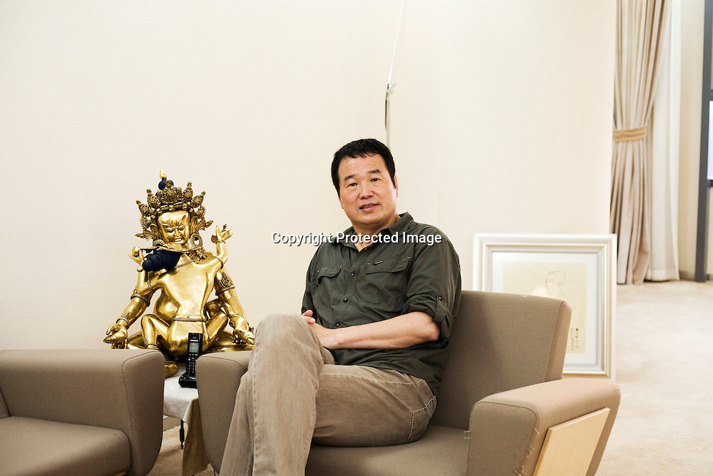 BEIJING, AUG. 6, 2012 : Multi -Millionaer Huang Nubo von der ZhongKun Gruppe in seinem Recreation Raum  in Peking.