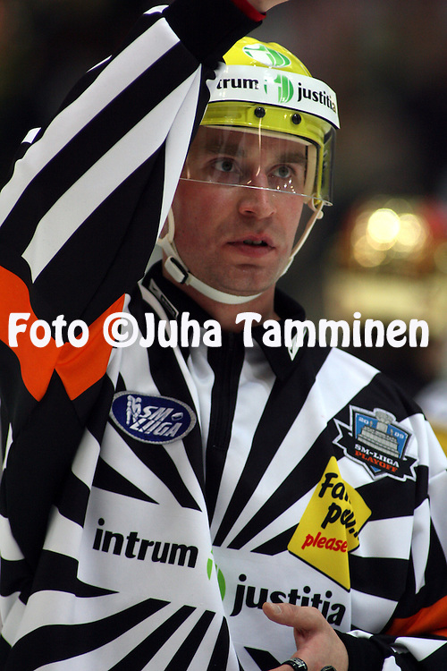 13.03.2009, Patria-areena, H?meenlinna..J??kiekon SM-liiga 2008-09..Play-offs puoliv?lier? HPK - Kalpa.Erotuomari Seppo Lindroos.©Juha Tamminen.