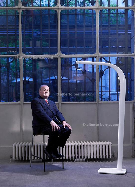 Milano,Ernesto Gismondi Fondatore e presidente della Artemide con la lampada da terrIlliria da lui stesso disegnata.