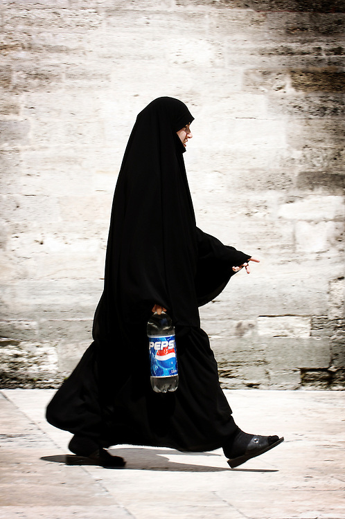 Istanbul , Turkey 06 July 2005<br /> A woman walks in the Eyup Sultan mosque.<br /> Photo: Ezequiel Scagnetti