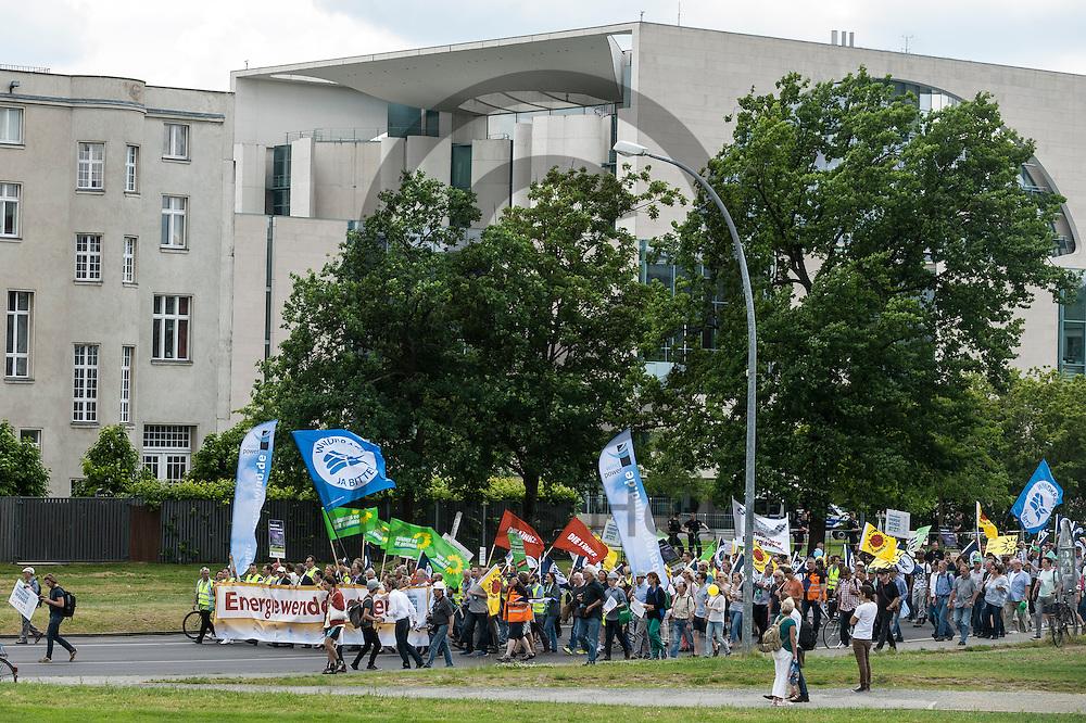 Die Klima Demonstration l&auml;uft am 02.06.2016 in Berlin, Deutschland vor dem Bundeskanzleramt. Mehrere Tausend Menschen gingen unter dem Motto: &quot;Energiewende retten! Arbeit sichern! Klimaschutz durchsetzen, EEG verteidigen!&quot; auf die Stra&szlig;e um f&uuml;r den Klimawandel und gegen eine &Auml;nderung des Erneuerbare Energien Gesetz zu demonstrieren. Foto: Markus Heine / heineimaging<br /> <br /> ------------------------------<br /> <br /> Ver&ouml;ffentlichung nur mit Fotografennennung, sowie gegen Honorar und Belegexemplar.<br /> <br /> Bankverbindung:<br /> IBAN: DE65660908000004437497<br /> BIC CODE: GENODE61BBB<br /> Badische Beamten Bank Karlsruhe<br /> <br /> USt-IdNr: DE291853306<br /> <br /> Please note:<br /> All rights reserved! Don't publish without copyright!<br /> <br /> Stand: 06.2016<br /> <br /> ------------------------------