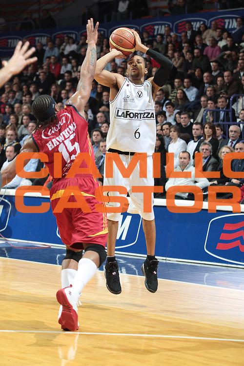 DESCRIZIONE : Bologna Final Eight 2008 Quarti di Finale Lottomatica Virtus Roma La Fortezza Virtus Bologna <br /> GIOCATORE : Dewarick Spencer<br /> SQUADRA : Ls Fotezza Virtus Bologna<br /> EVENTO : Tim Cup Basket For Life Coppa Italia Final Eight 2008 <br /> GARA : Lottomatica Virtus Roma La Fortezza Virtus Bologna <br /> DATA : 07/02/2008 <br /> CATEGORIA : tiro <br /> SPORT : Pallacanestro <br /> AUTORE : Agenzia Ciamillo-Castoria/G.Livaldi<br /> Galleria : Final Eight 2008 <br /> Fotonotizia : Bologna Final Eight 2008 Quarti di Finale Lottomatica Virtus Roma La Fortezza Virtus Bologna <br /> Predefinita :