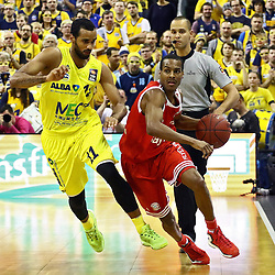 15.11.2015, Mercedes Benz Arena, Berlin, GER, Alba Berlin vs FC Bayern Muenchen, 4. Runde, im Bild Akeem Vargas (#11, Alba Berlin), Alex Renfroe (#12, FC Bayern Muenchen) // during the Beko Basketball Bundes league 4th round match between Alba Berlin and FC Bayern Muenchen at the Mercedes Benz Arena in Berlin, Germany on 2015/11/15. EXPA Pictures © 2015, PhotoCredit: EXPA/ Eibner-Pressefoto/ Hundt<br /> <br /> *****ATTENTION - OUT of GER*****