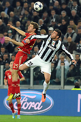 10.04.2013, Juventus Stadium, Turin, ITA, UEFA Champions League, Juventus Turin vs FC Bayern Muenchen, Viertelfinale, Rueckspiel, im Bild l-r: Kopfballduell zwischen Thomas MUELLER (FC Bayern Muenchen) und Andrea BARZAGLI (Juventus Turin) // during the UEFA Champions League best of eight 2nd leg match between Juventus FC and FC Bayern Munich at the Juventus Stadium, Torino, Italy on 2013/04/10. EXPA Pictures © 2013, PhotoCredit: EXPA/ Eibner/ Global..***** ATTENTION - AUSTRIA ONLY *****