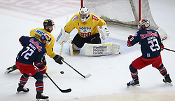 07.04.2019, Albert Schultz Halle, Wien, AUT, EBEL, Vienna Capitals vs EC Red Bull Salzburg, Halbfinale, 5. Spiel, im Bild v.l. John Hughes (EC Red Bull Salzburg), Marc Andre Dorion (spusu Vienna Capitals), Jean Philippe Lamoreux (spusu Vienna Capitals) und Brant Harris (EC Red Bull Salzburg) // during the Erste Bank Icehockey 5th semifinal match between Vienna Capitals and EC Red Bull Salzburg at the Albert Schultz Halle in Wien, Austria on 2019/04/07. EXPA Pictures © 2019, PhotoCredit: EXPA/ Thomas Haumer
