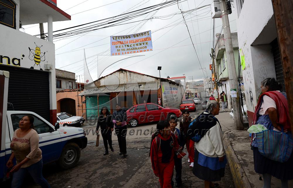 Zinacantepec, México (Septiembre 05, 2016).- Vecinos de Santa María del Monte, en Zinacantepec colocaron mantas de advertencia a ladrones que de ser sorprendidos delinquiendo serán linchados, al igual que instalaran timbres para alertar a la población de algún problema.  Agencia MVT / Crisanta Espinosa.