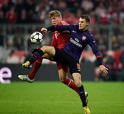 13.03.2013, Fussball Champions League Achtelfinale Rückspiel: FC Bayern München - FC Arsenal London, In der Allianz-Arena München.  v.li: Toni Kroos (Bayern München) gegen Aaron Ramsey (Arsenal London)