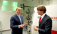 AMSTERDAM - Koning Willem-Alexander bekijkt een 3 d printer en krijgt een 3d kado   . Koning Willem-Alexander is op woensdagmiddag 2 juli aanwezig bij de viering van 100 jaar Shell Technology Centre Amsterdam (STCA). Het thema van het 100-jarig bestaan is 'Shaping the future of energy through innovation'.  COPYRIGHT ROBIN UTRECHT