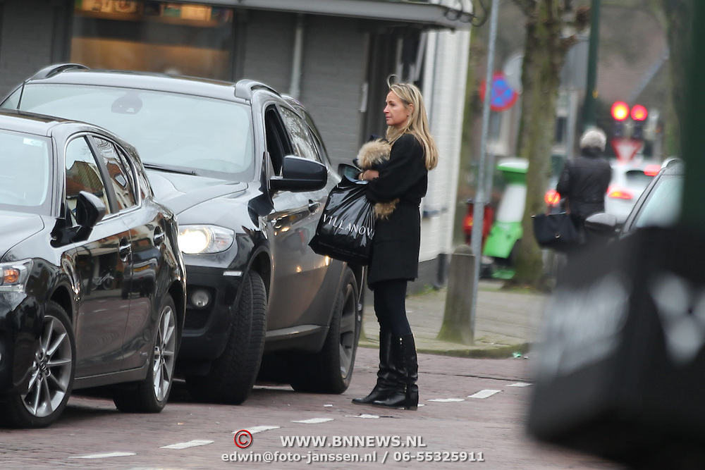 NLD/Laren/20160122 - Johnny de Mol in Laren bij zijn auto,