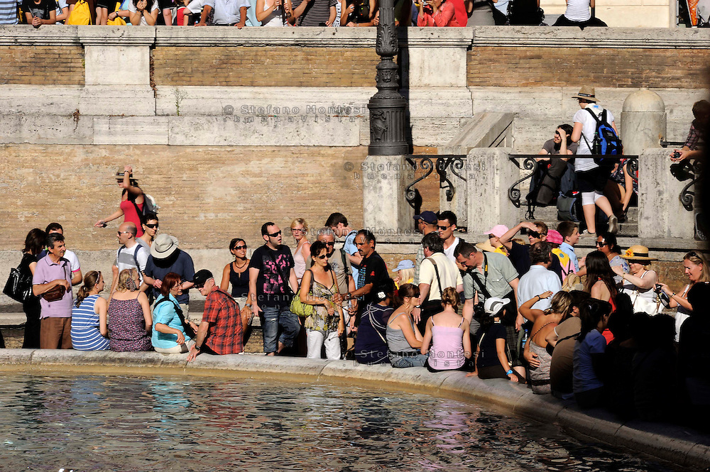 "Roma 2 Agosto 2010.Fontana di Trevi: muniti di canne, e antenne del televisore rigorosamente dotate di calamite alle estremità, un gruppo di ""pescatori"" si impossessa indisturbato delle monete dei desideri lanciate nella vasca dai turisti, in pieno giorno.Rome August 2, 2010.Trevi Fountain: fitted with reeds, and TV antennas strictly with magnets at the ends, a group of ""fishermen"" are undisturbed possession of the coins you want to run into the tank by tourists, in broad daylight."