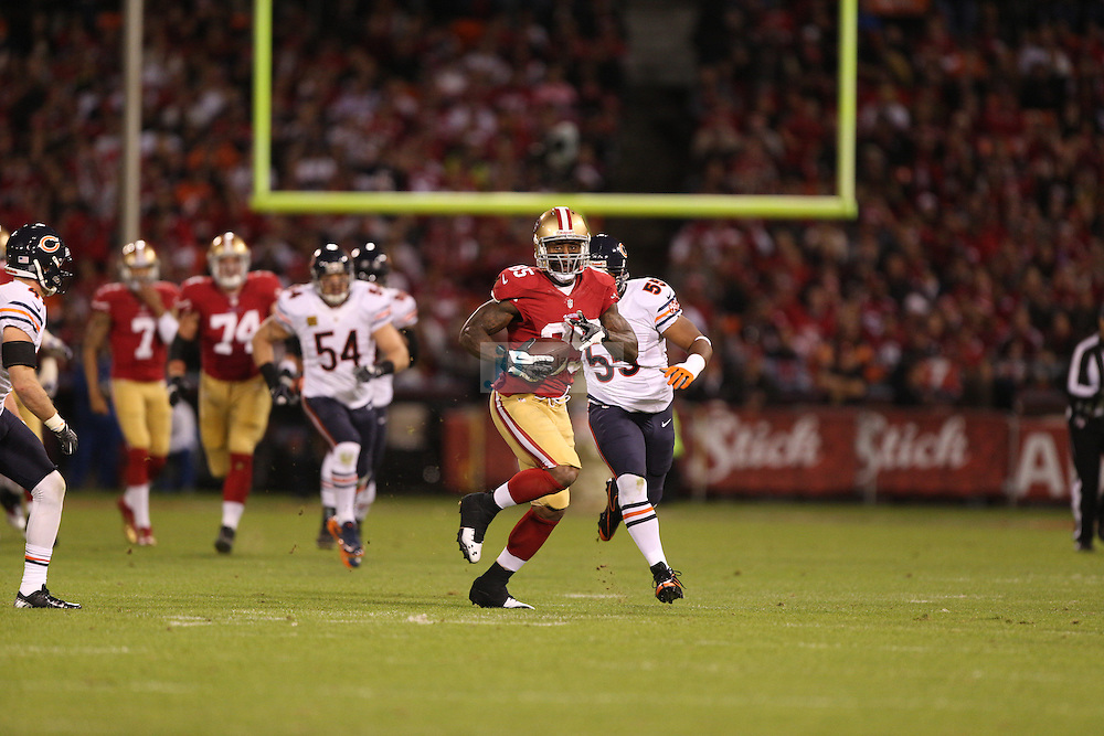 San Francisco 49ers tight end Vernon Davis (85) in action against the Chicago Bears, during an NFL game on Monday Nov. 19, 2012 in San Francisco, CA.  (photo by Jed Jacobsohn)