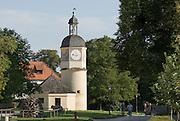 Burg zu Burghausen, fünfter Vorhof mit Uhrturm und Brunnenhaus, Bayern, Deutschland.. | ..Burghausen Castle, clock tower, Bavaria, Germany